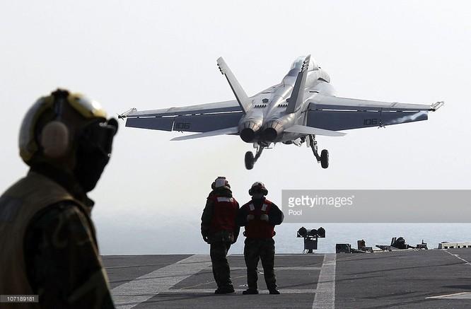 Chiến đấu cơ xuất kích từ tàu sân bay Mỹ