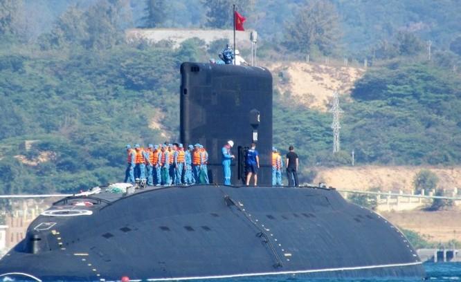 Tàu ngầm Kilo của hải quân Việt Nam trên vịnh Cam Ranh