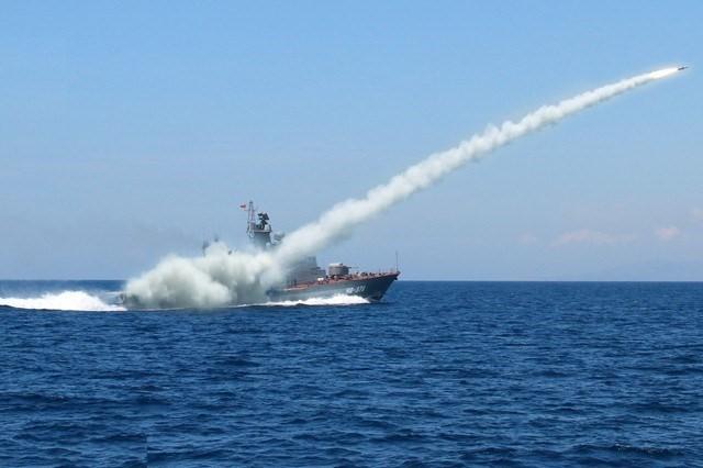 Chiến hạm tấn công nhanh Molniya của hải quân Việt Nam diễn tập phóng tên lửa