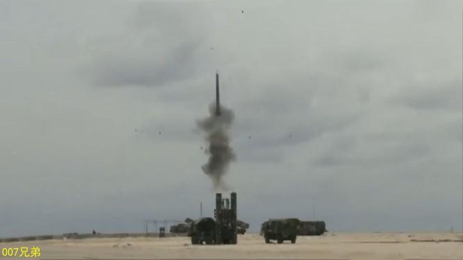Tên lửa phòng không HQ-9 Trung Quốc khai hỏa trong một cuộc tập trận. Trung Quốc đã triển khai trái phép loại tên lửa này tại đảo Phú Lâm, quần đảo Hoàng Sá