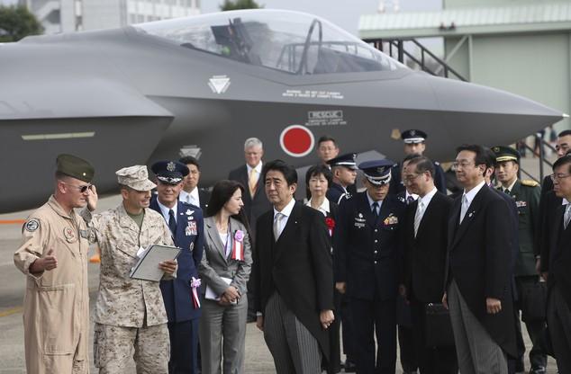 Thủ tướng Nhật Bản Shinzo Abe thăm tàu sân bay Mỹ có trang bị chiến đấu cơ F-35B Mỹ