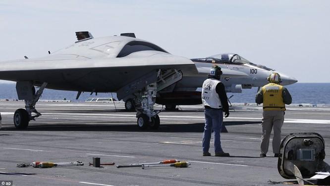 Máy bay tàng hình không người lái X-47B của Mỹ thử nghiệm trên tàu sân bay
