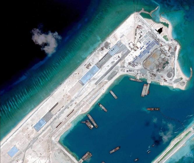 Cận cảnh một góc Đá Chữ Thập đã bị Trung Quốc bồi lấp, xây đảo nhân tạo trái phép với đường băng và các nhà chứa máy bay tại quần đảo Trường Sa