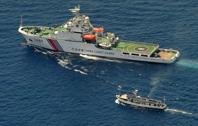 Tàu hải giám Trung Quốc to lớn chèn ép, ngăn cản không cho tàu Philippines tiếp cận Bãi Cỏ Mây ở Trường Sa