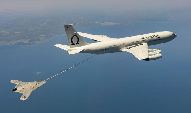 Máy bay không người lái X-47B tiếp dầu trên không. Các loại vũ khí như X-47B sẽ đóng vai trò lớn trong các cuộc chiến tương lai của Mỹ