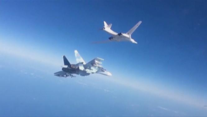 Máy bay ném bom chiến lược tầm xa Tu-160 của Nga được chiến đấu cơ Su-30SM hộ tống tham gia chiến dịch tấn công khủng bố tại Syria