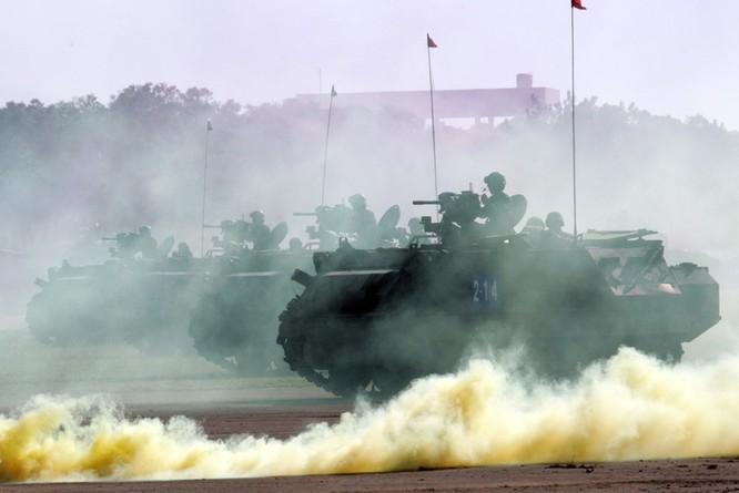 Lực lượng xe bọc thép của Đài Loan diễn tập