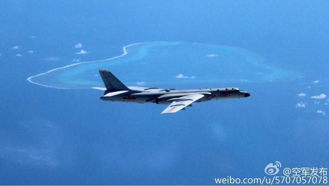 Máy bay ném bom chiến lược H-6K của Trung Quốc phô trương thanh thế trên bãi cạn Scarborough