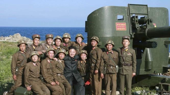 Nhà lãnh đạo Triều Tiên Kim Jong un thăm tàu ngầm của hải quân nước này