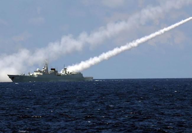 Khu trục hạm Quảng Châu của hải quân Trung Quốc phóng tên lửa trong cuộc tập trận ở Biển Đông