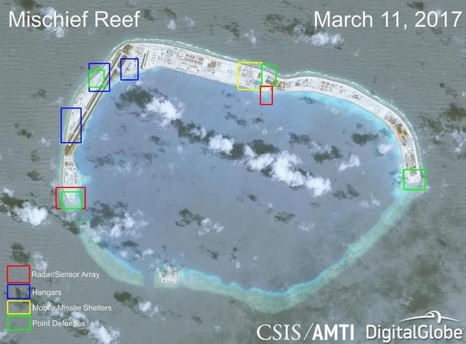 Cận cảnh Đá Vành Khăn đã bị Trung Quốc bồi lấp, xây đảo nhân tạo trái phép với đường băng và các công trình quân sự tại quần đảo Trường Sa. Khu vực màu đỏ là nơi bố trí các hệ thống radar. Khu vực màu xanh dương là nhà chứa máy bay. Khu màu vàng xây dựng các hầm chứa các khẩu đội tên lửa cơ động. Khu vực màu xanh lơ là các điểm phòng thủ