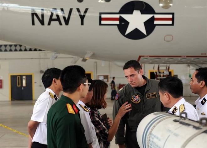 Đoàn đại biểu quân sự Việt Nam thăm căn cứ máy bay tuần thám P-3 của Mỹ