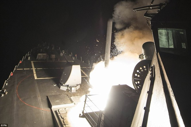 Tên lửa Tomahaw được phóng đi từ khu trục hạm Mỹ tấn công Syria