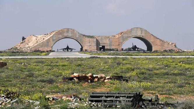 Một số máy bay của không quân Syria tại căn cứ không quân vẫn nguyên vẹn sau vụ tấn công tên lửa Mỹ