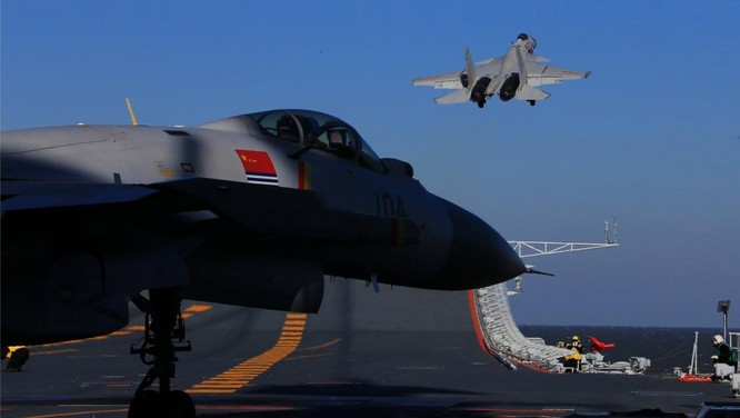 Chiến đấu cơ J-15 cất cánh từ tàu sân bay Liêu Ninh của Trung Quốc