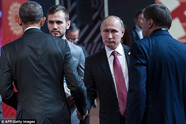 Cái bắt tay này tại Hội nghị APEC ở Peru đã thể hiện rõ mối quan hệ căng thẳng và lạnh nhạt giữa Nga và Mỹ