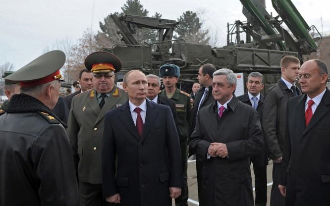 Ông Putin tới thăm một triển lãm quân sự