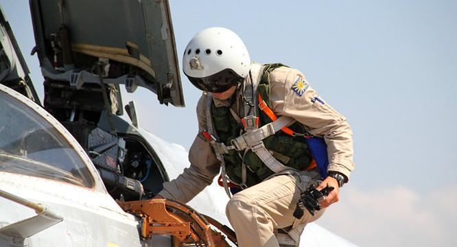 Phi công Nga lên máy bay chuẩn bị xuất kích làm nhiệm vụ tại Syria