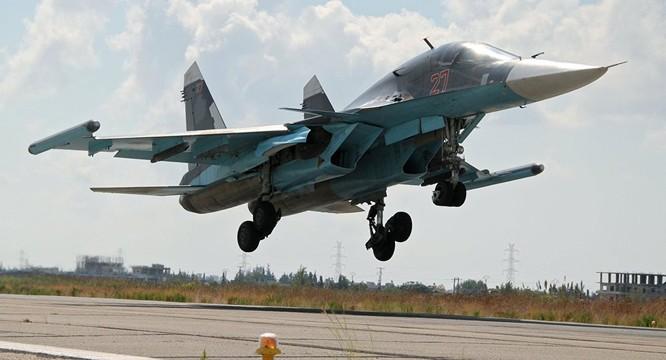 Cường kích Su-34 Nga cất cánh từ căn cứ không quân Hmeymim ở Syria