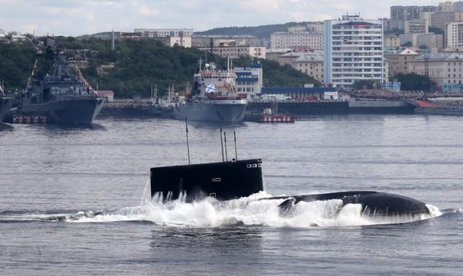 Tàu ngầm Kilo thời điểm bắt đầu nổi lên mặt biển