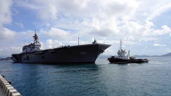 Chiến hạm Izumo tại cảng Cam Ranh