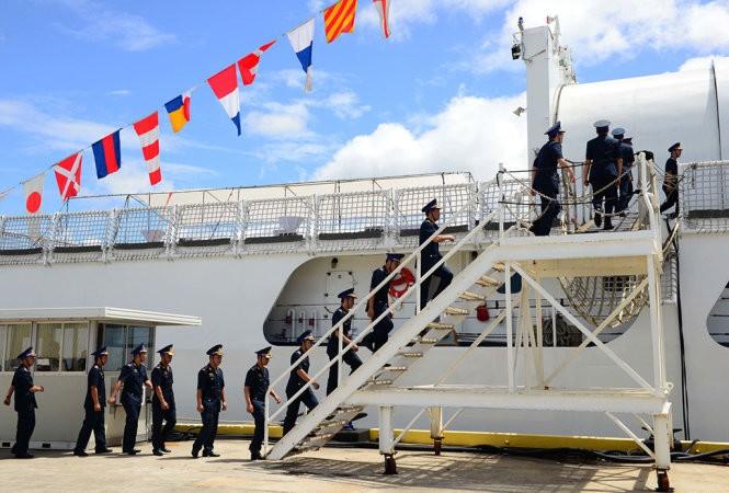 Các thành viên của cảnh sát biển Việt Nam lên tàu CSB-8020 trong lễ bàn giao tại Căn cứ Tuần duyên Honolulu hôm 25/5/2017. Sau gần 50 năm phục vụ trong Tuần duyên Hoa Kỳ, cựu Tàu Tuần duyên Morgenthau chính thức được bàn giao cho Cảnh sát biển Việt Nam và được đổi tên thành CSB-8020