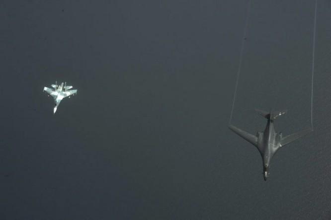 Su-27 Nga đánh chặn máy bay ném bom siêu thanh B-1B