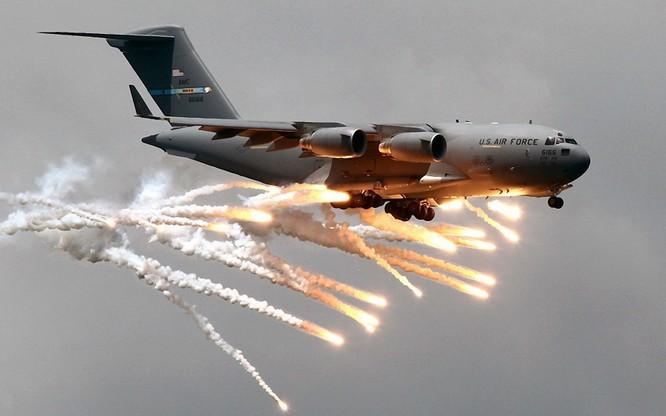 Máy bay Mỹ ra đòn từ trên không