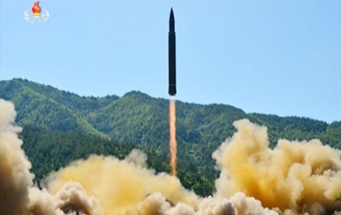 Nhà lãnh đạo Kim Jong un kiểm tra tên lửa trước vụ phóng thử nghiệm