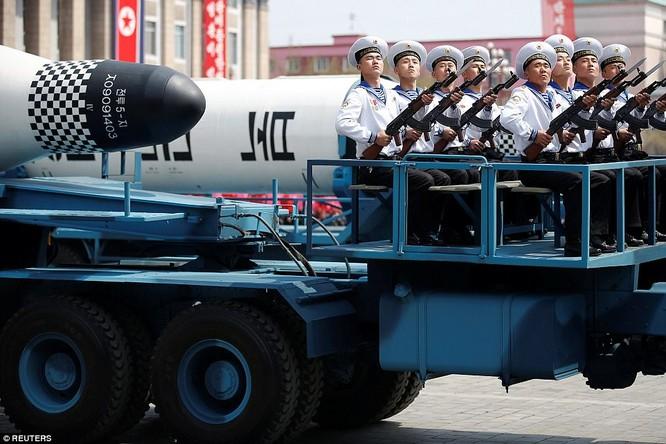 Cận cảnh tên lửa đạn đạo phóng từ tàu ngầm của Triều Tiên