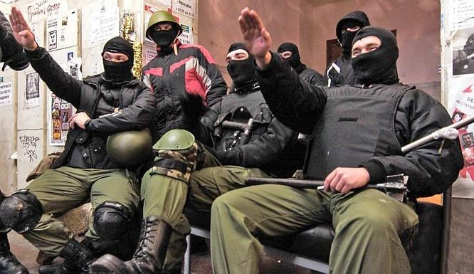 Binh sĩ Ukraine chào kiểu phát xít