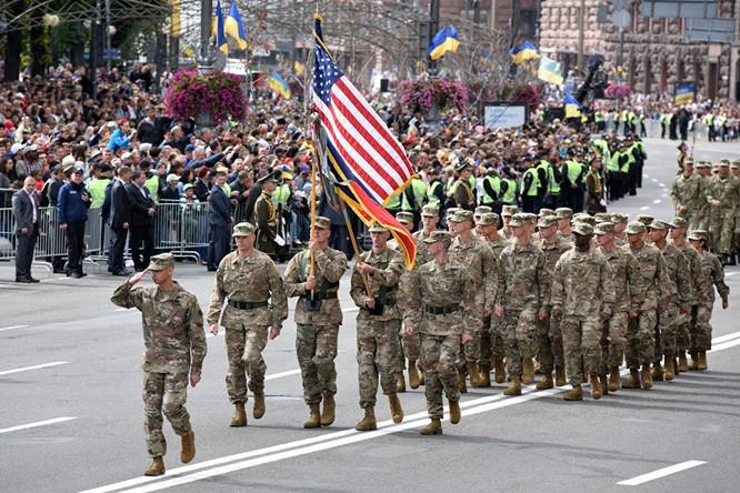 Binh sĩ NATO diễu binh tại Ukraine mới đây và cố vấn quân sự Mỹ huấn luyện lính Ukraine (ảnh dưới)