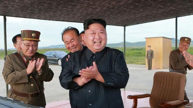 Nhà lãnh đạo Kim Jong un vui mừng sau khi Triều Tiều phóng thành công tên lửa đạn đạo. Ảnh KCNA công bố ngày 16/9/2017