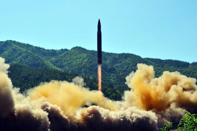 Tên lửa đạn đạo liên lục địa Hwangsong-14 của Triều Tiên rời bệ phóng