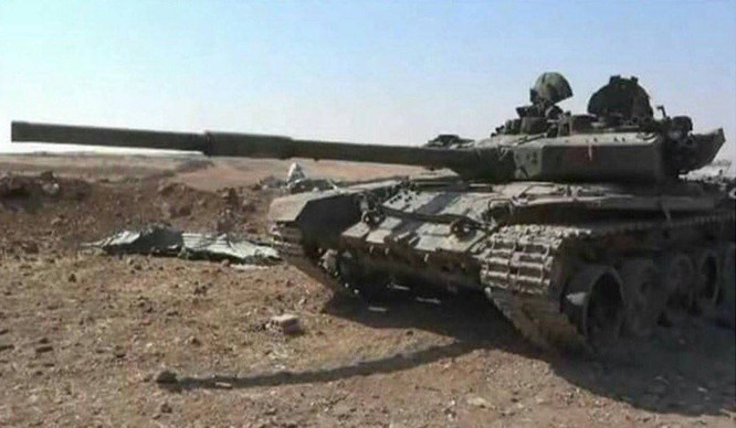 Một trong 11 xe tăng phiến quân bị bắn cháy trong trận đánh dữ dội