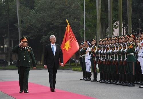 Bộ trưởng Quốc phòng Ngô Xuân Lịch tiếp đón người đồng cấp Mỹ James Mattis trong chuyến thăm Hà Nội mới đây