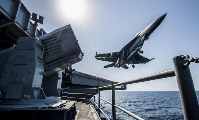 Chiến đấu cơ bay qua đài chỉ huy trên tàu sân bay USS Carl Vinson