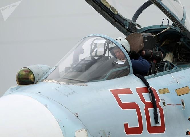 Phi công trong buồng lái của Su-27 trước khi cất cánh.