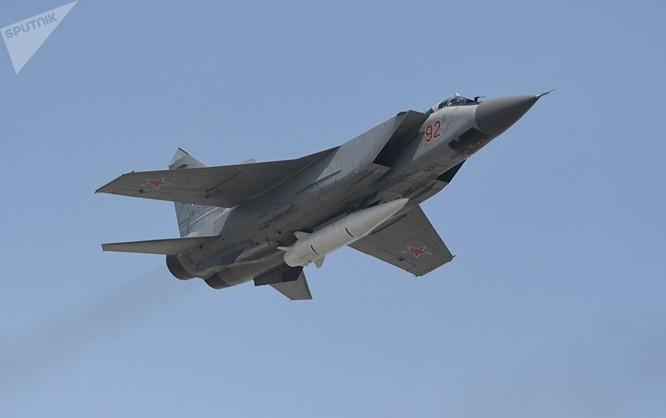 Máy bay đánh chặn MiG-31K cùng tên lửa siêu thanh Kinzhal