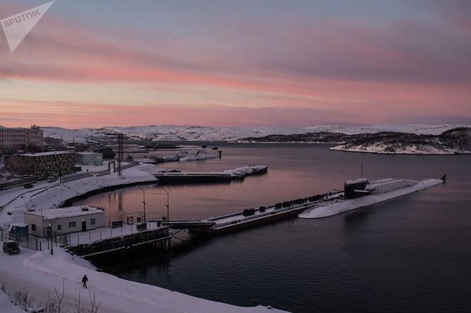 Tàu ngầm đề án 667BDRM Delphin thuộc Hạm đội Bắc của Hải quân Nga neo ở bến tàu Gadzhiyevo khu vực Murmansk