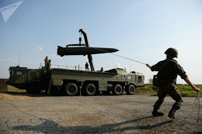Triển khai hệ thống tên lửa chiến thuật Iskander-M trong buổi trình diễn trong khuôn khổ Diễn đàn kỹ thuật - quân sự quốc tế lần thứ Ba Quân đội 2017 tại thao trường Sverdlovsk