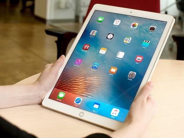 Máy vẫn nổi bật với màn hình sắc nét, hiệu suất hoạt động nhanh, bộ loa tuyệt vời và hỗ trợ bút từ Apple Pencil, đồng thời có tùy chọn bàn phím thông minh Smart Keyboard. Với bàn phím này, người dùng có thể sử dụng iPad Pro 9,7 inch như một chiếc laptop. Máy có giá khởi điểm 14,9 triệu đồng.