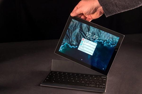 """Google đã trang bị cho chiếc tablet cỡ 10,2 inch này bộ thông số kỹ thuật phần cứng hàng đầu hiện nay gồm bộ xử lý Nvidia Tegra X1 tốc độ cao, độ phân giải màn hình sắc nét, nguồn pin """"trâu"""" và thiết kế khung nhôm anodized không thua kém gì với kết cấu vỏ nhôm của các thiết bị mang thương hiệu Apple. Hơn nữa, người dùng còn có thể tùy chọn bàn phím để sử dụng như laptop. Máy có giá khởi điểm từ 499USD (khoảng 11,34 triệu đồng)."""