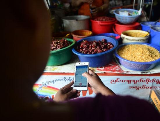 Hàng trăm ngàn bà nội trợ ở Myanmar liên lạc với chồng, con bằng Zalo ảnh 1