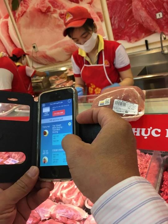 """Người Sài Gòn tận mắt """"soi"""" thịt heo bằng smartphone ảnh 4"""