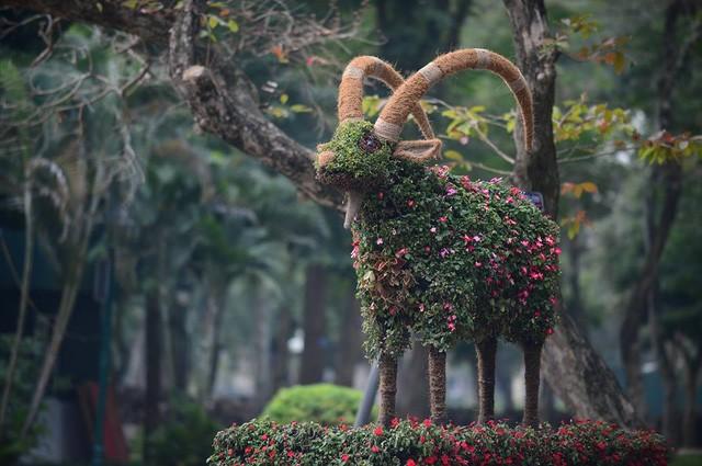 Hà Nội: Ngắm 12 con giáp khủng bằng hoa lập thể ảnh 3