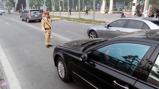 Hà Nội ra quân xử phạt ô tô, xe máy lấn làn buýt nhanh ảnh 8