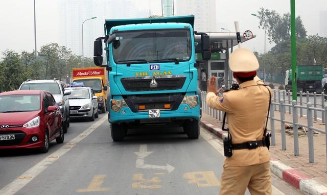 Hà Nội ra quân xử phạt ô tô, xe máy lấn làn buýt nhanh ảnh 9