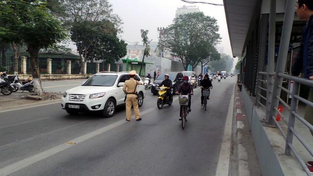 Hà Nội ra quân xử phạt ô tô, xe máy lấn làn buýt nhanh ảnh 7