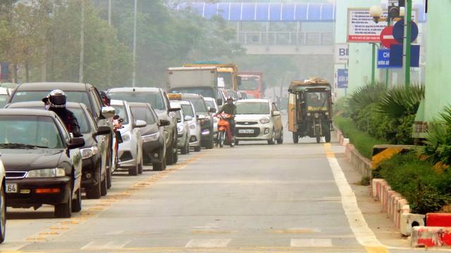 Hà Nội ra quân xử phạt ô tô, xe máy lấn làn buýt nhanh ảnh 4
